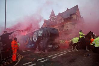Болельщики «Ливерпуля» бросали бутылки в автобус «Манчестер Сити»