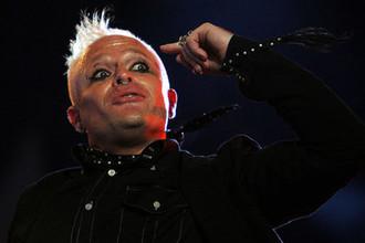 Лидер британской группы The Prodigy Кит Флинт во время выступления на концерте на острове Уайт, 2006 год