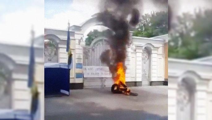 Националисты у ворот: усадьбу Порошенко забросали файерами