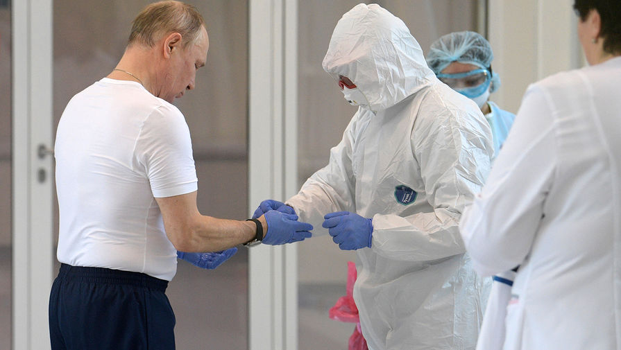 Президент России Владимир Путин во время посещения больницы, предназначенной для пациентов с подозрением на коронавирус, в московском посёлке Коммунарка, 24 марта 2020 года