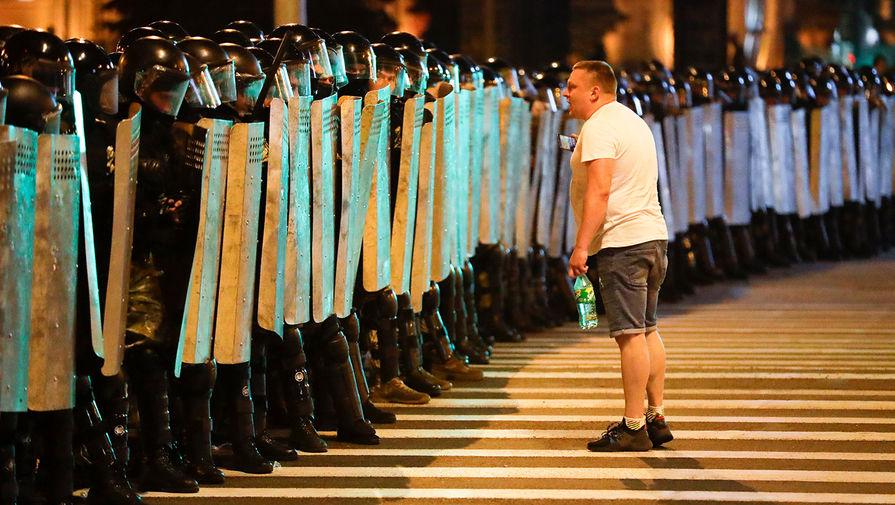 Полицейские и участник акций протеста и в Минске в ночь после выборов президента Белоруссии, 9 августа 2020 года