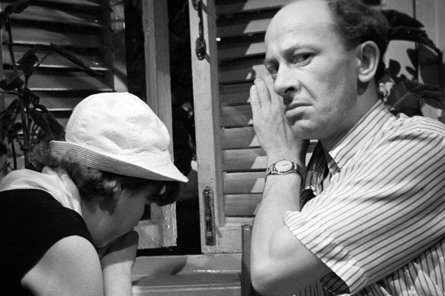 <b>«Добро пожаловать, или Посторонним вход воспрещен» (1964), реж. Элем Климов</b> <br><br>Сатирическая комедия «Добро пожаловать, или Посторонним вход воспрещен» стала одной из&nbsp;первых заметных работ молодого артиста. Действие фильма разворачивается в&nbsp;пионерском лагере, начальником которого является герой Евстигнеева &mdash; добрый, но страдающий формализмом Дынин. Из-за плохого поведения он исключает из&nbsp;лагеря мальчика Костю, которого тайком укрывают его товарищи, однако на&nbsp;родительский день тайное становится явным
