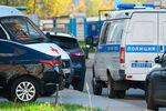 Автомобили скорой помощи и полиции возле жилого дома, где нашли тела женщины и двух маленьких детей