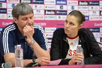 Главный тренер сборной России Альфредас Вайнаускас и Анна Петракова на послематчевой пресс-конференции.