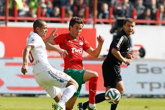 Александр Шешуков (справа) ведет борьбу с Рафаэлом Кариокой
