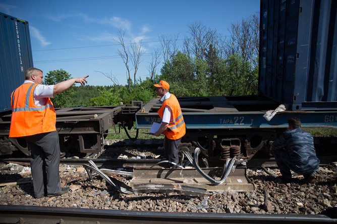 На месте столкновения пассажирского и грузового поездов на железнодорожном перегоне между Наро-Фоминском и Бекасово в районе Московской области