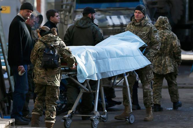Украинские военнослужащие около больницы в Артемовске