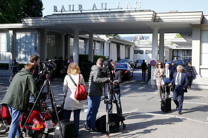 Пресса у отеля Baur au Lac