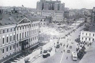 Нынешнее здание мэрии Москвы передвинуто вглубь улицы на 13 м и надстроено двумя этажами в 1930-е годы