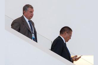 Глава «Роснефти» Игорь Сечин и министр экономического развития России Алексей Улюкаев перед началом встречи президентов России и Ирана в Баку, август 2016 года