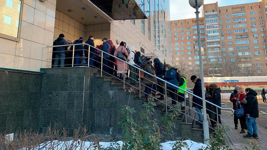 Журналисты у входа в здание Мосгорсуда в день заседания по делу Алексея Навального, 2 февраля 2021 года