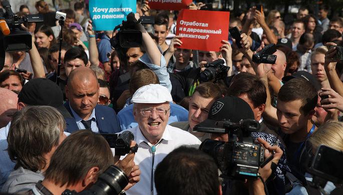 Лидер ЛДПР Владимир Жириновский во время несанкционированной акции против изменения пенсионного законодательства на Пушкинской площади.