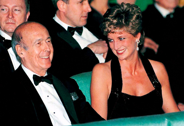 Бывший президент Франции Жискар д'Эстен и принцесса Уэльская Диана во время совместного вечера в Версале, 1994 год