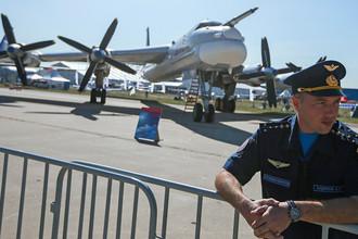 Российский турбовинтовой стратегический бомбардировщик-ракетоносец Ту-95 на Международном авиационно-космическом салоне МАКС, 25 августа 2015.