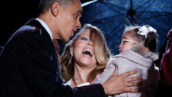 Экс-президент США Барак Обама и певица Мэрайя Кэри со своей дочерью на зажжении главной рождественской елки США у Белого дома в Вашингтоне, декабрь 2013 года