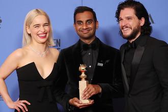 Эмилия Кларк и Кит Харрингтон вместе с актером Азиз Ансари, получившим «Золотой глобус» за роль в сериале «Мастер не на все руки» на 75-й церемонии вручения премии, 8 января 2018 года