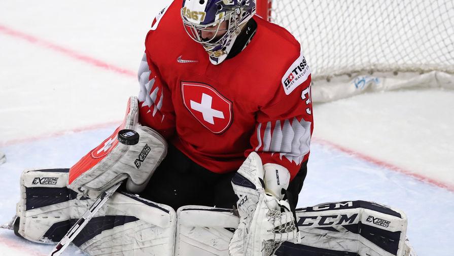 Вратарь Лука Холленштайн (Швейцария) в матче 1/4 финала молодежного чемпионата мира по хоккею между сборными командами Швейцарии и России, 2 января 2020 года