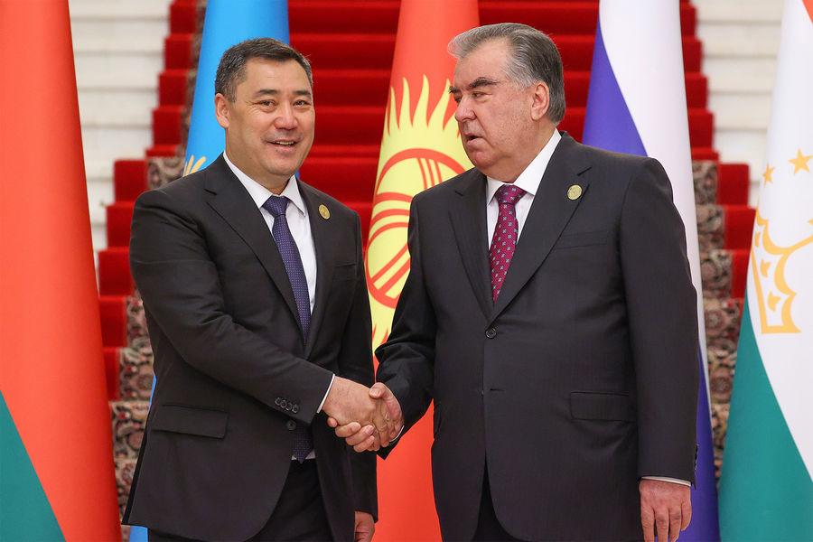 Президент Киргизии Садыр Жапаров и Президент Таджикистана Эмомали Рахмон (слева направо) передначалом заседания Совета коллективной безопасности ОДКБ вузком составе во Дворце Нации, 16 сентября 2021 года