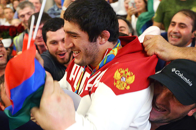 Борец Абдулрашид Садулаев во время церемонии встречи в аэропорту Шереметьево спортсменов олимпийской сборной России