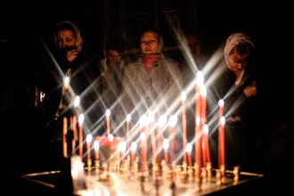 Верующие во время пасхальной службы в церкви Спаса Преображения в селе Бронница Новгородской области