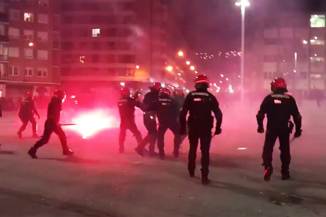 Во время столкновений фанатов и полиции в Бильбао перед матчем между «Атлетиком» и московским «Спартаком», Испания, 22 февраля 2018 года