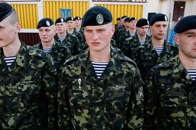 Украинские морпехи во время торжественной церемонии в Киеве после возвращения с военной базы в Феодосии, март 2014 года