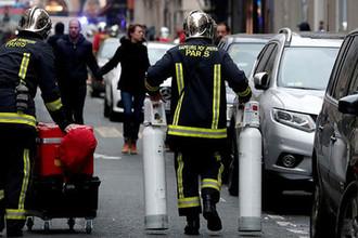 Пожарные на месте взрыва в пекарне на улице Тревизе, Париж, 12 января 2018 года