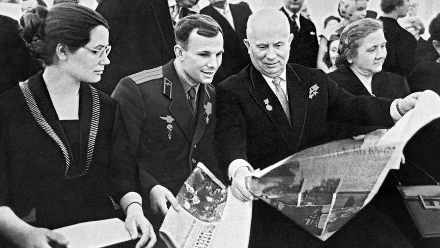 Первый секретарь ЦК КПСС Никита Хрущев с женой Ниной (справа) принимают в Кремле летчика-космонавта СССР Юрия Алексеевича Гагарина с женой Валентиной (слева), 1961 год