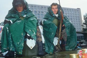 Августовский путч 1991 года. Введено чрезвычайное положение и в столицу введены техника и воинские подразделения.