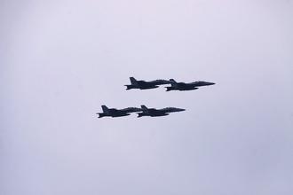 Истребители ВМС США AJ Super Hornet F-18 прлетают над мостом Веразано.