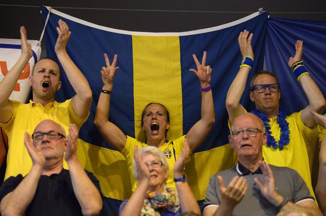 Болельщики сборной Швеции поддерживают свою команду.