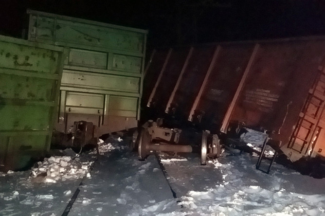 На месте схода с рельсов электровоза и 20 грузовых вагонов в районе железнодорожной станции Любинская Западно-Сибирской железной дороги