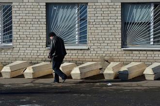 Гробы с погибшими под Дебальцево украинскими военнослужащими около морга в Артемовске