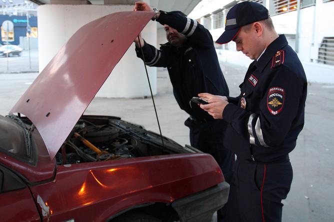 У места дежурства инспекторы ДПС обнаружили брошенный подозрительный автомобиль. Стекла разбиты, в салоне — новый комплект летней резины. Владелец устанавливается