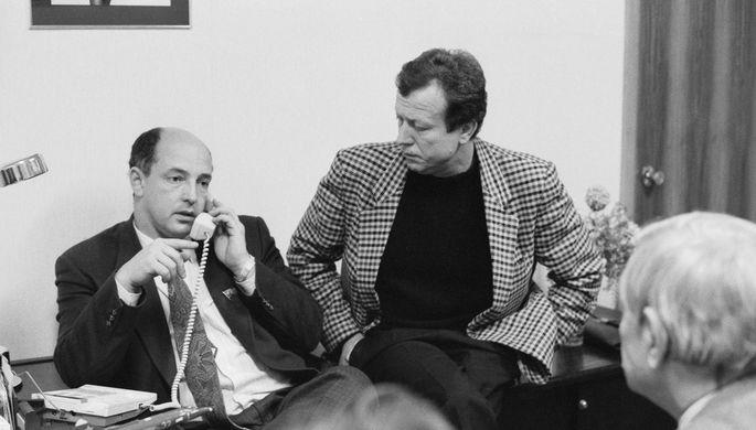 Бизнесмен и депутат Артем Тарасов (крайний слева) в офисе «Истока», 1990 год