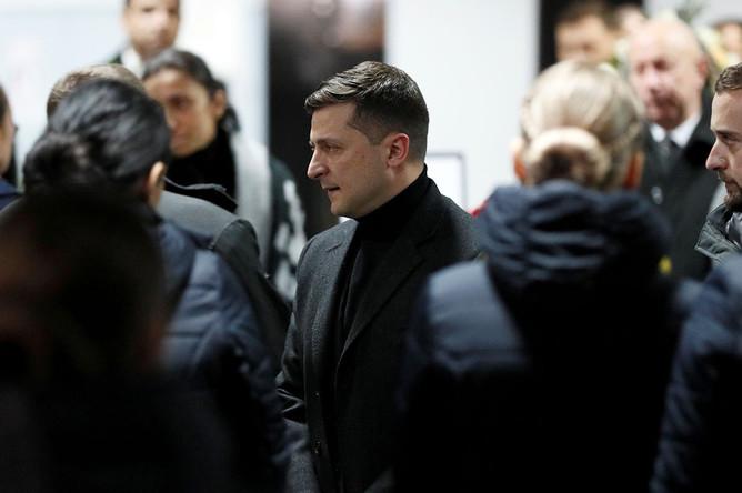 Родственники жертв авиакатастрофы и президент Украины Владимир Зеленский на закрытой части траурной церемонии в аэропорту «Борисполь», 19 января 2020 года