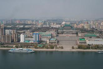 Вид на площадь Ким Ир Сена и Центральную библиотеку Пхеньяна со смотровой площадки монумента идей Чучхе