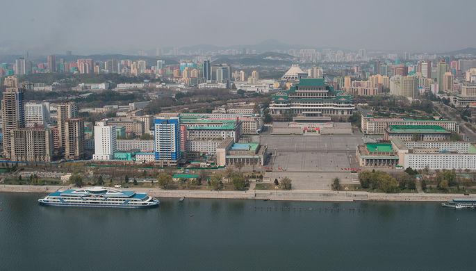 Вид на площадь Ким Ир Сена и Центральную библиотеку Пхеньяна со смотровой площадки монумента идей...