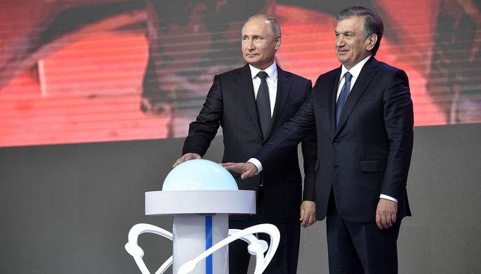 Президент России Владимир Путин и президент Узбекистана Шавкат Мирзиеев во время церемонии старта реализации проекта строительства АЭС в районе озера Тудакуль в рамках Форума межрегионального сотрудничества России и Узбекистана, 19 октября 2018 года