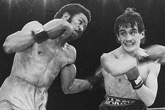Панамский боксер Еусебио Педроса (слева)