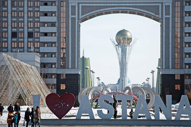 Инсталляция «I love Astana». На дальнем плане здание «КазМунайГаз» в Нур-Султане (ранее Акмолинск, Целиноград, Акмола, Астана?)