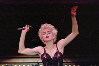 Мадонна. Блондинка-бунтарь – тип, появившийся в начале 80-х: подчеркнутая сексуальность стала вызовом, бунт против общественной морали – образом жизни, всклокоченные светлые образы – необходимым акцентом. Послушная сексуальная блондинка 50-х превратилась в свободную женщину 80-х, которая делает то, что хочет.