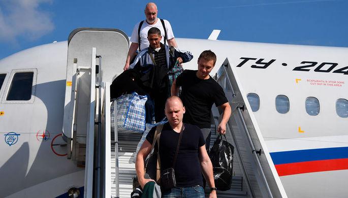Участники договоренности об освобождении между Россией и Украиной сходят с борта российского самолета Ту-204 в аэропорту Внуково