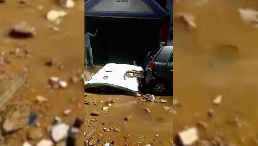Обломки пассажирского самолета Airbus A320 авиакомпании Pakistan International Airlines на месте крушения в Карачи, 22 мая 2020 года