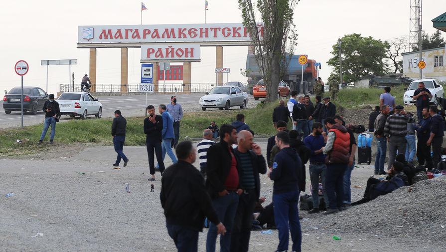 Граждане Азербайджана недалеко от пункта временного размещения на границе Магарамкентского и Дербентского районов Дагестана, май 2020 года