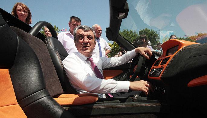 Губернатор Севастополя Сергей Меняйло за рулем двухместного спортивного автомобиля...