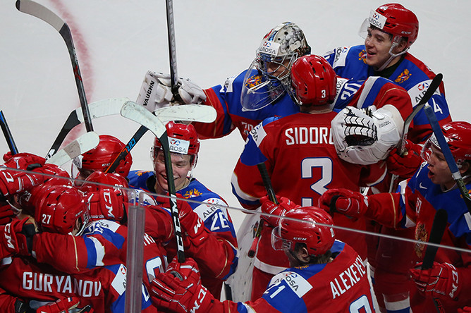 Игроки сборной России радуются победе в матче за 3-е место молодёжного чемпионата мира по хоккею между сборными командами России и Швеции