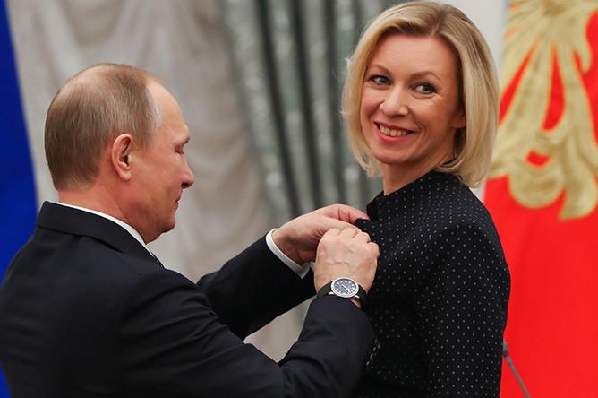 Владимир Путин и официальный представитель МИД России Мария Захарова, награжденная орденом Дружбы, во время церемонии вручения государственных наград в Кремле