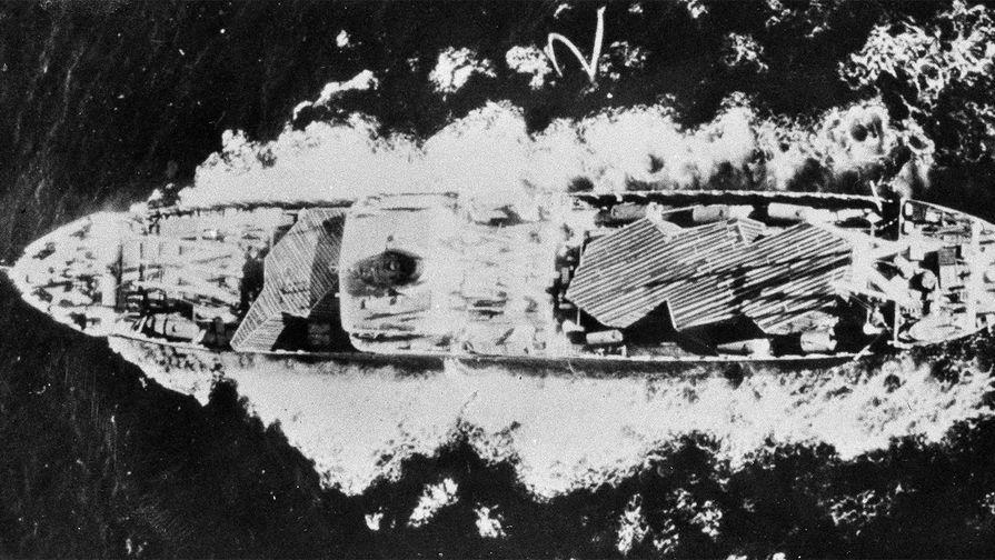 Советское судно с легкими бомбардировщиками в ящиках направляется в сторону Кубы, 23 октября 1962...