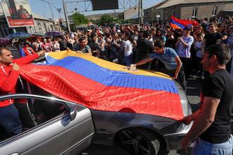 Сторонники лидера армянской оппозиции Никола Пашиняна во время блокирования дороги к аэропорту рядом с Ереваном, 2 мая 2018 года